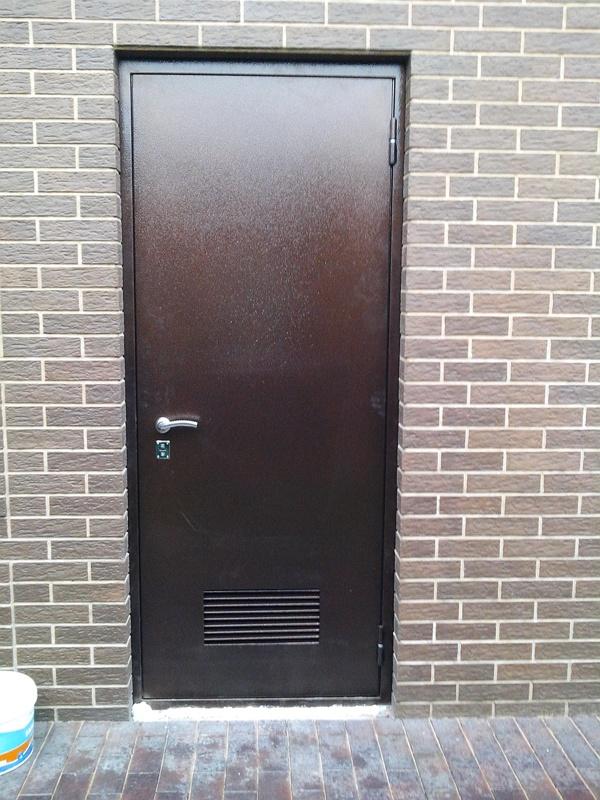 установка вентиляционной решетки в металлическую дверь в москве